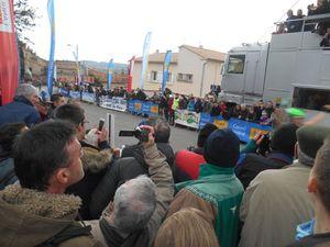 La ligne d'arrivée prise d'assaut par près d'un millier de spectateurs, on voit pas grand chose là !