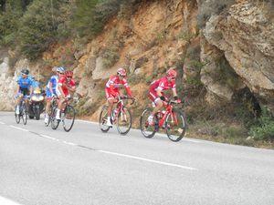 A plus d'un km de notre position on voit les 5 hommes de tête progresser dans le col.