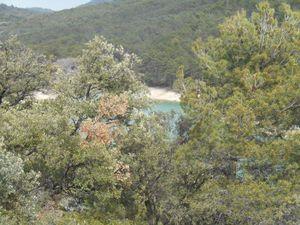 """Une vue depuis la route puis une image """"récupéré"""" prise depuis la buvette du lac."""
