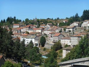 Village d'Auroux, pâturages, bois touffus, rivières et lac de Charpal au programme...