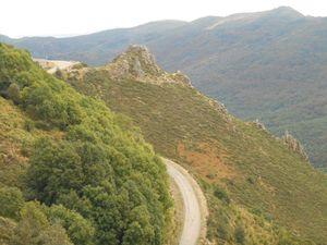 Ligne de Partage des eaux - Des paysages de Hte Montagne - La route qui mène au village du Roux.