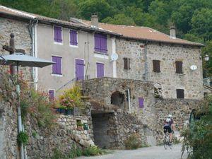 Le petit pont qui donne accès au village du Roux et ses rares maisons y compris la mairie.
