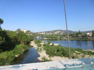 Après quelques km en Ardèche on traverse la rivière éponyme pour passer dans le Gard à Aiguezes.