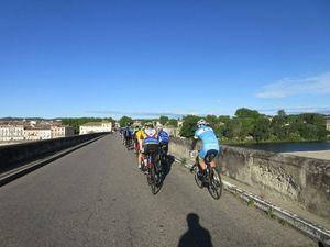 Notre groupe est tellement étoffé que notre défilé tient une longue partie du vieux pont de Pont St Esprit !!!