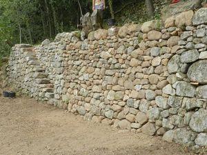 Restauration d'un soutènement en Ardèche cévenole. Objet d'un film de Dominique Comtat:                                                                                                                                 http://pierreseche.over-blog.com/2015/09/souscription-pour-le-film-gestes-de-pierres.html