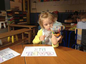 Atelier n° 3: Nous avons réalisé du graphisme dans les lettres de notre prénom. Des lignes horizontales et de lignes verticales.