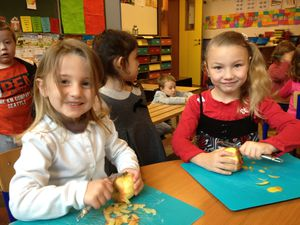 Pour commencer, nous avons épluché les pommes que nous avons apportées.