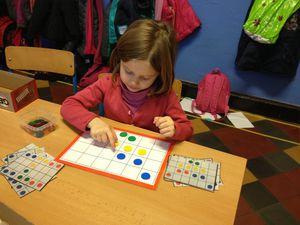 Le jeu des jetons: Replacer les jetons sur la grille à l'aide des cartes consignes.
