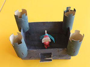 Nous réalisons des chateau en 3D, sur base d'une boîte à chaussures pour enfants, de la colle et du papier essuie-tout. Et pour ne pas que notre chateau soit vide, madame nous a fait de petits chevaliers et de petites princesses à manger (ou pas)...