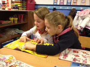 Ateliers n°3: Les catalogues de jouets. Echanges et discussion entre copains sur les différents jouets qu'ils aiment ou qu'ils voudraient recevoir.