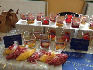 Chez madame Delphine, nous avons réalisé des photophores au sel ou  à la semoule colorés par nos soins. Nous avons aussi préparé de bonnes galettes qui se trouvent dans des sacs crennes.