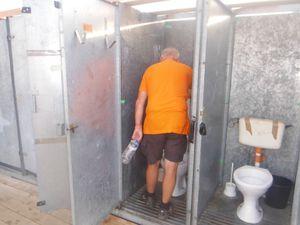 Nettoyage des sanitaires matin et soir.