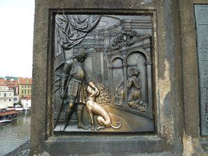 Plusieurs reliefs du pont décrivent le martyre de Jean Népomucène. Depuis des siècles, on dit que toucher la représentation du saint porte bonheur.