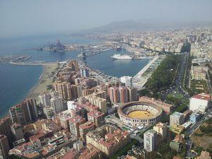 Malaga vue du ciel, ses rues, son coeur historique, son arêne, le Gibralfaro (numéro 14) et l'Alcazaba.