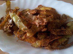 Chips d'épluchures de pommes de terre au thym et au parmesan.