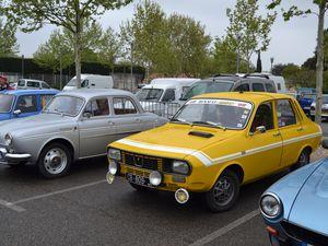 Mon premier volant sur quelques centaines de mètres il y a...hier ! La Renault Dauphine est un modèle automobile qui a été fabriqué par Renault dans l'usine de Flins (Yvelines) à partir de mars 1956 jusqu'en 1967.  La voiture fut conçue par le bureau d'études Renault dans les années 1950 pour épauler la 4CV.  Cette voiture fut la plus vendue en France de 19571 à 19612 et la première voiture européenne fabriquée en Argentine (1960 - 1970). Toutefois, Renault connut un échec lors de sa commercialisation aux États-Unis en négligeant trop la qualité de fabrication, les services après-vente et la disponibilité des pièces détachées.