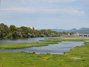 Vue de la passerelle, côté Nord avec au fond, le barrage du canal Donzére/Mondragon et la centrale EDF de Cruas