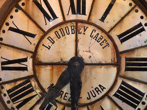 L'ancien cadran de l'horloge (1894) qui se trouvait sur la façade de la tour.