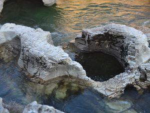 La Céze a creusé des chenaux et des cavités qui finissent par se rejoindre et forment des crevasses dans lesquelles la rivière s'engouffre. Les éléments les plus spectaculaires sont les marmites de géants. Ce sont des cavités cylindriques (certaines ont quelques mètres de diamètre) creusées dans le lit rocheux de la rivière par le mouvement tourbillonnant des galets.