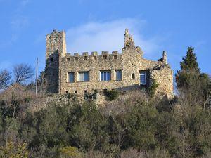 ....ce n'est pas ce qui manque,les points de vues, vu sa situation élevée, il est visible de partout, pour la visite intérieur du château, c'est cuit !
