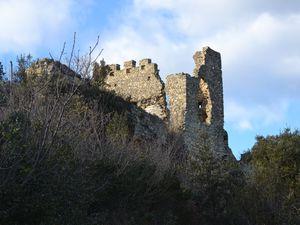 Arrivé au pied du chemin qui même au château, il faut bien reconnaître que nous sommes ici devant de belles ruines mais...