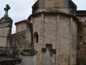 L'abside tréflée et la nef du XVIIe siècle ainsi que l'ancien monument aux morts du village.