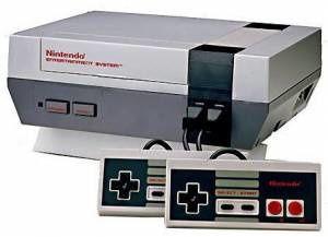 Une Famicom à gauche. Une NES à droite.