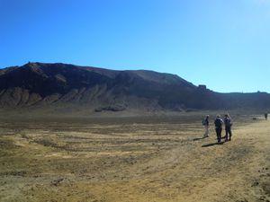 """Première grande montée à franchir avec de nombreuses marches, pas toujours facile pour les jambes mais après 1h30-2h00 de marche, nous voici arrivés au pied du Mont Ruapehu ou le """"Mordor"""" le fameux volcan du seigneur des anneaux que Frodon doit gravir pour y jeter l'anneaux dans la lave."""
