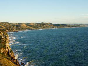 Premier Arrêt au petit matin pour admirer un magnifique lever de soleil : le phare de Nugget Point à Roaring Bay. Perché en haut d'une falaise, ce phare domine la baie et le point de vue est incroyable!