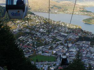Nous avons aussi pris le téléphérique pour grimper au sommet de la montagne qui surplombe Queenstown et voir la ville de haut! Nous avons passer l'après-midi à faire de la luge et c'était vraiment cool! Descendre-Monter encore et encore!! :)