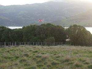 """Il y a même la boucherie du village! &#x3B;) Il y a aussi un """"Pa"""", ancienne réserve maori. Sans oublier la fameux drapeaux anglais planté en Aout 1840."""