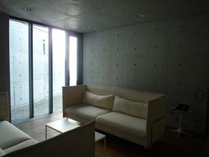 Pavillon de conférences (Tadao Ando). Il s'agit de la première œuvre de l'architecte en dehors du Japon. La pièce maîtresse de l'édifice se compose d'une cour en contrebas qui semble dissimuler l'environnement et donne au bâtiment une tranquillité quasi monastique et une intimité.