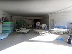 Préparation des lits avec Guy, William, Christian, Lilian, Yannick, Sigrid...