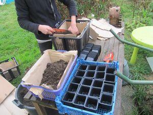 une caissette en plastique, du cartons, des cailloux et voici un joli caisson de semis... Avec rien, nous pouvons tout!