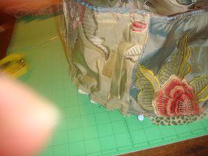cercle en velours, bande d'échantillons en soie & matière brillante puis plissage & assemblage sur envers