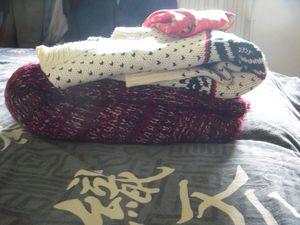 Carré de soie, pull tyrolien et gilet bordeaux à coudières façon cuir Ines de La Fressange Jean's