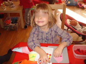 On dessine avec l'aide de Sylvie ou on colle des gommettes... à chacun sa technique et son envie !!!
