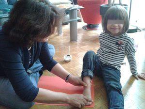 On fait de belles empreintes de pieds... qui vont devenir de terrifiants petits fantômes !!! bouhhhhh....