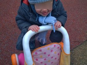 bébé V. apprend les plaisirs de la marche !