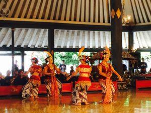 Les danseuses du palais qui se produisent certains jours de la semaine.