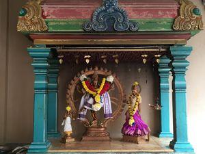 Nous laissons nos chaussures à l'entrée du temple pour decouvrir un lieu paisible et coloré.