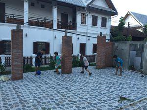 En fin d'après-midi, les garçons retrouvent des copains pour une partie de foot dans la rue...