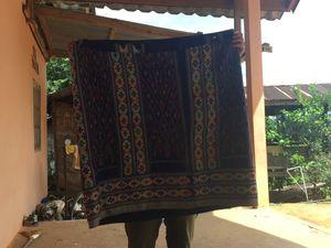 On me montre le tissu une fois terminé : une jolie jupe à enrouler autour de la taille