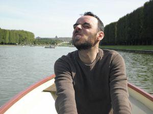 Septembre 2013. Toujours à Versailles. Puisque le thème était les grandes eaux, il fallait en profiter pour faire un petit tour en barque ! A l'aller tout va très bien... par contre, le retour est toujours plus difficile ! Pour vous situer un peu mieux, cette sortie était 2 jours avant mon hospitalisation pour mon opération du côlon. Eh ouais, je fais de la barque avec une stomie, même pas peur...