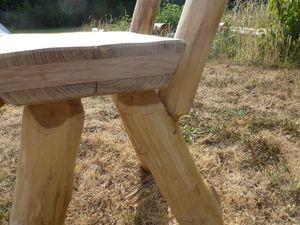 Chaise en acacia, avec insert chêne pour prolonger l'assise, peut être laissée en extérieur sans aucun traitement ni protection