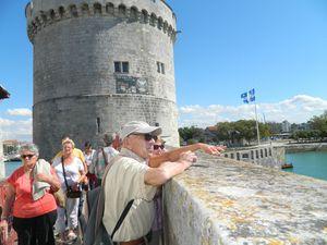 """La rue """"sur les murs"""" construite sur le chemin de ronde relie la Tour de la Chaine à la Tour de la Lanterne ( 15ème siècle)"""