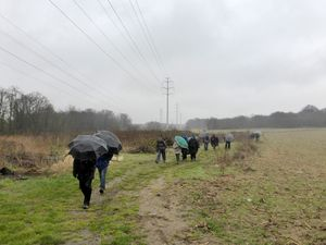 Ensuite, ronde de parapluies et de capes ...bien difficiles à maintenir avec le vent