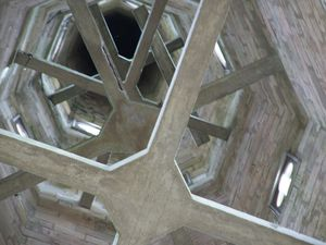 Vue vertigineuse sur l'intérieur du clocher et la cloche Saint-Venant qui a survécu à la Convention Nationale sous la Révolution