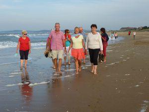 Nous découvrons la plage, l'eau est un peu fraîche mais cela fait du bien!