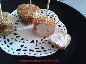 Bouchées de viande de poulet enrobées de graines de sésame.